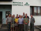 chovatelé zasazovacího střediska Řepeč před místním pohostinstvím